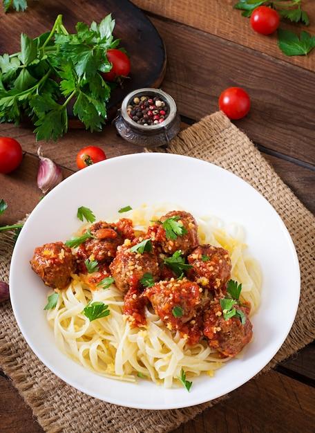 Fettuccine con polpette in salsa di pomodoro Foto Gratuite