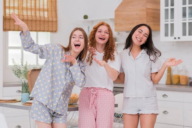 Fidanzate che cantano al pigiama party Foto Gratuite