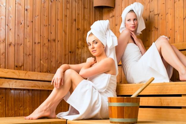 Fidanzate in wellness spa godendo infusione sauna Foto Premium