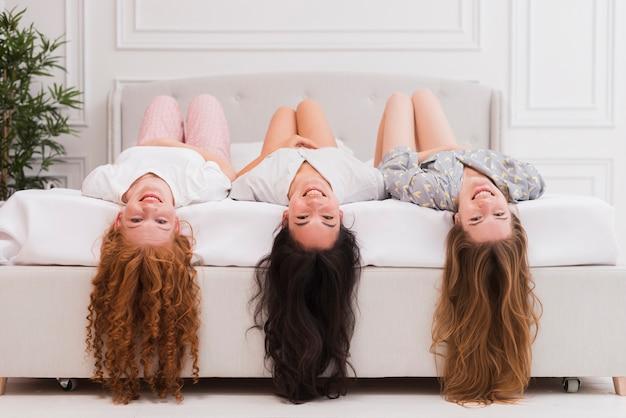Fidanzate sul pigiama party appeso con la testa in giù Foto Gratuite