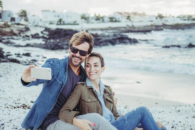 Fidanzati in spiaggia Foto Premium