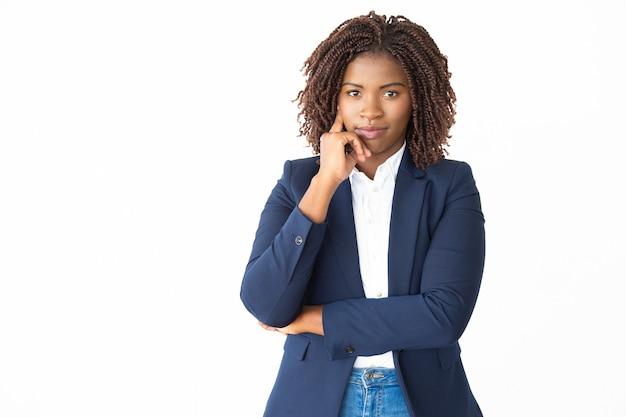 Fiduciosa giovane imprenditrice guardando la fotocamera Foto Gratuite