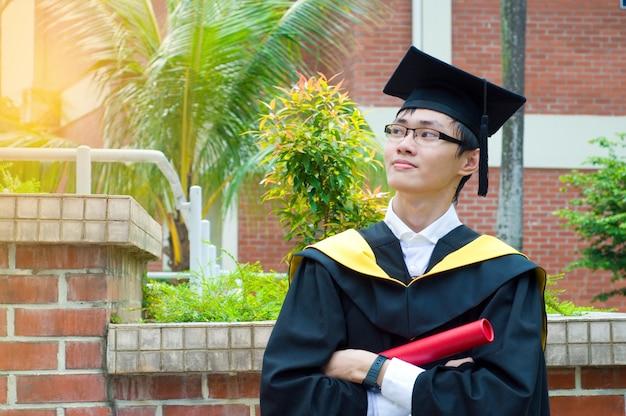 Fiducioso laureato asiatico Foto Premium