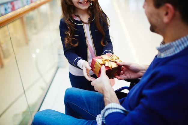Figlia che fa un regalo a suo padre per la festa del papà Foto Gratuite