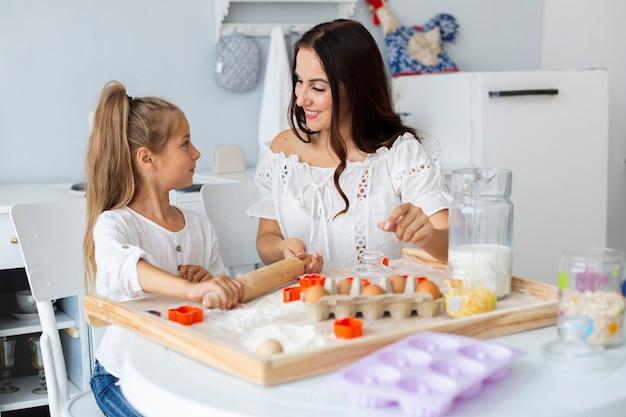 Figlia d'istruzione della madre come cucinare Foto Gratuite