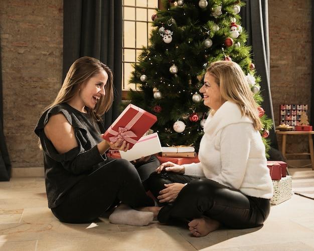 Figlia e madre felici con i regali Foto Gratuite
