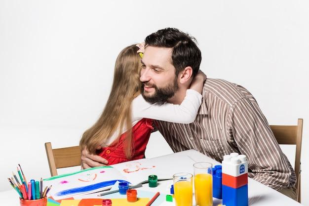 Figlia e padre che riuniscono Foto Gratuite