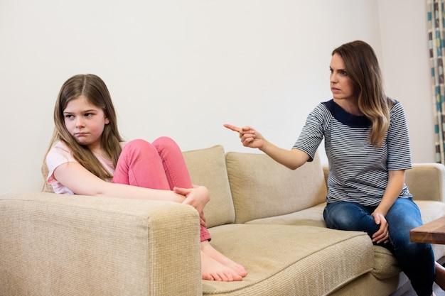 Figlia ignorando la madre dopo una lite in salotto Foto Gratuite