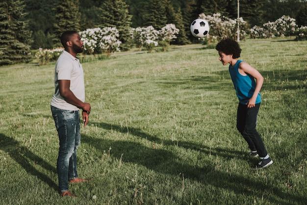 Figlio e padre afro giocano insieme in palla. Foto Premium