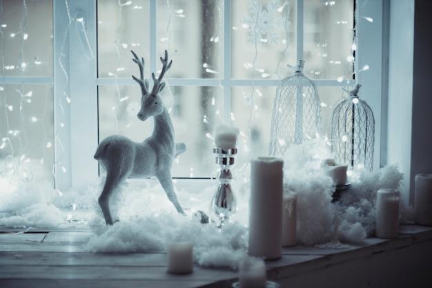Figura di cervo in piedi alla finestra decorazioni di natale Foto Premium