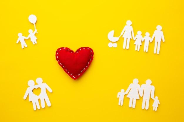 Figura familiare vista dall'alto con il concetto di cuore Foto Gratuite