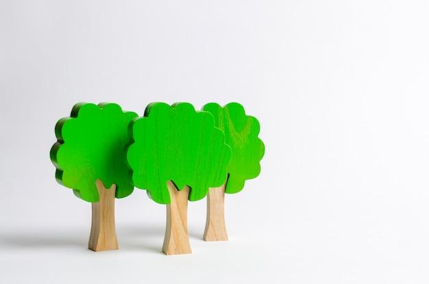 Figure di legno del giocattolo degli alberi su una priorità bassa bianca Foto Premium