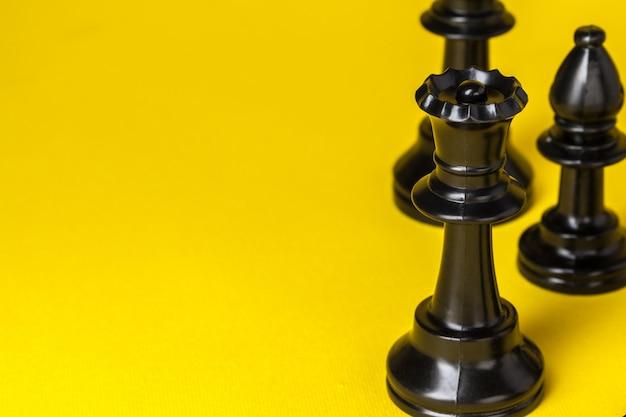 Figure di scacchi sullo spazio giallo della copia di vista superiore del fondo Foto Premium