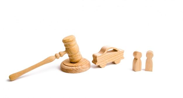 Figurina di legno di un'auto con le persone in un martello del giudice su uno sfondo bianco. Foto Premium