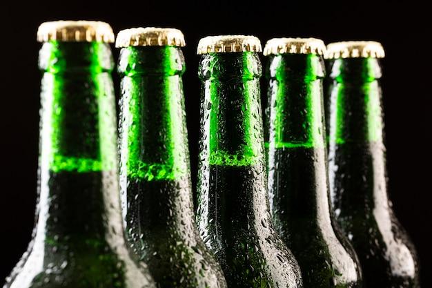Fila del primo piano delle bottiglie di birra Foto Gratuite
