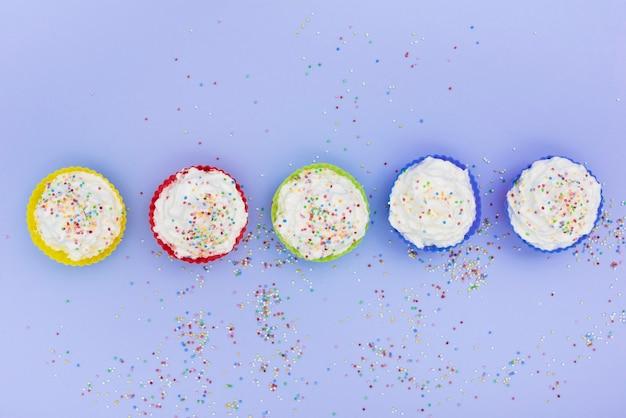 Fila di cupcakes con codette Foto Gratuite