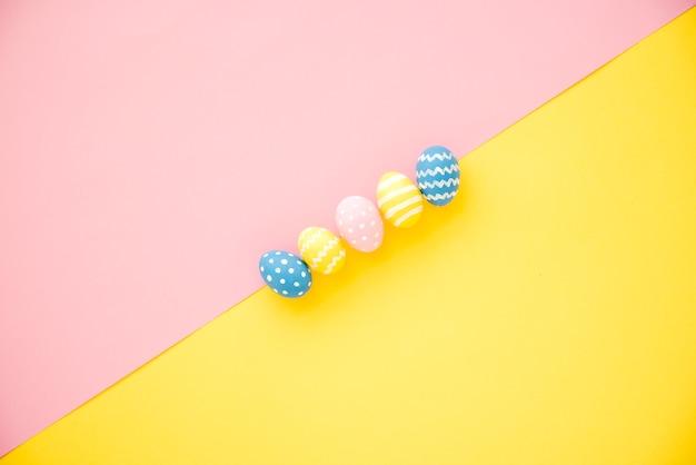 Fila di uova luminose Foto Gratuite