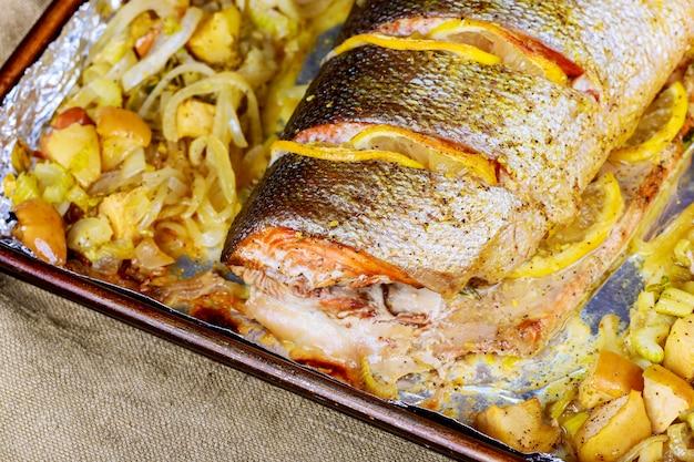 Filetti di salmone al forno serviti con verdure Foto Premium