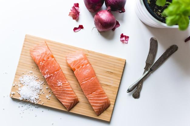 Filetti di salmone crudi preparati per la cottura Foto Gratuite