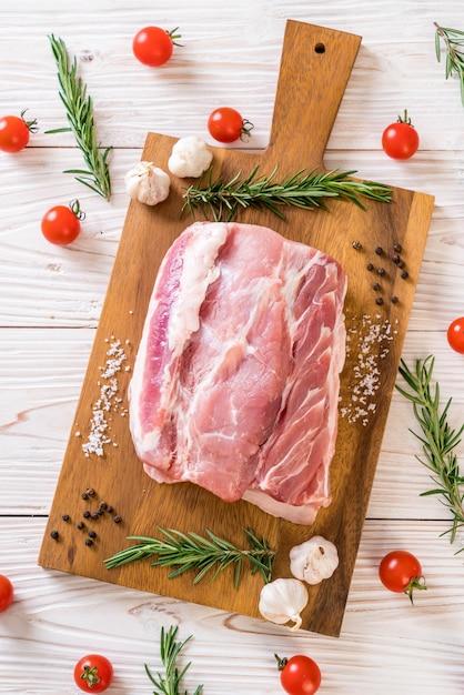 Filetto crudo di maiale fresco Foto Premium