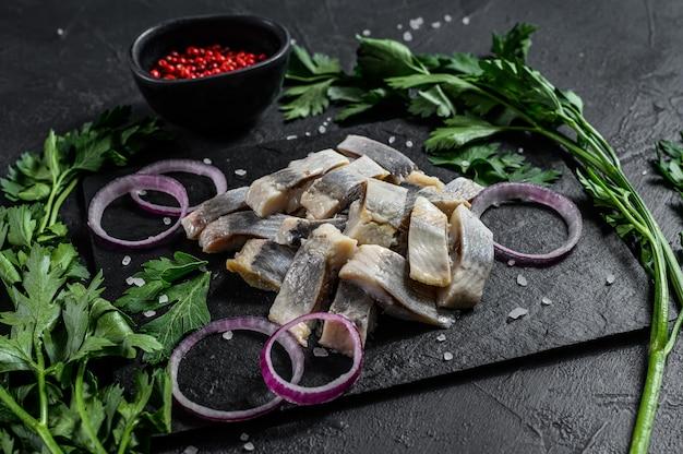 Filetto di aringhe marinato con pepe, erbe e cipolla rossa Foto Premium