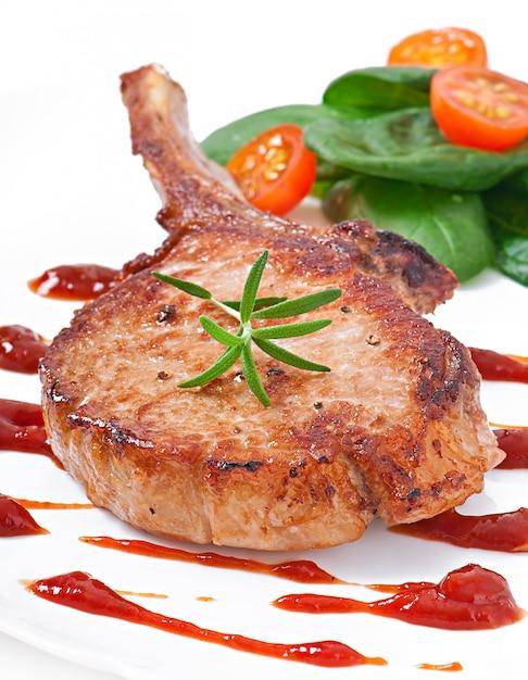 Filetto di maiale alla griglia succosa con fagiolini Foto Gratuite