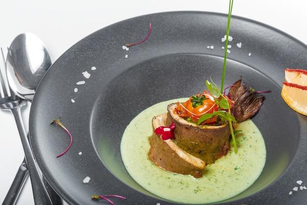 Filetto di pesce con salsa al forno e decorato Foto Premium