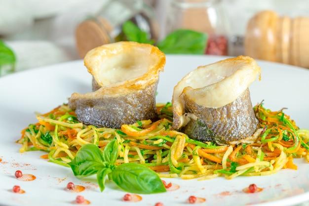 Filetto di pesce fritto e verdure Foto Premium
