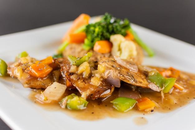 Filetto di pollo con salsa di ananas e riso Foto Premium