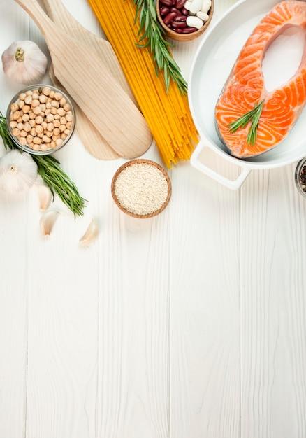 Filetto di salmone con spezie e verdure su un tavolo luminoso. tavolo culinario. tabella degli alimenti. menu tabella tavolo. copia spazio. Foto Premium