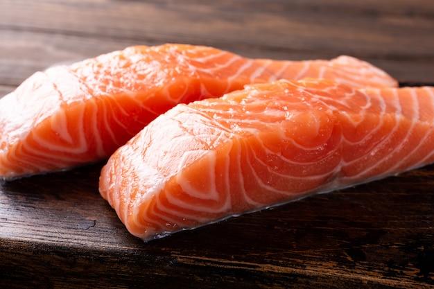 Filetto di salmone crudo fresco, piatto Foto Premium