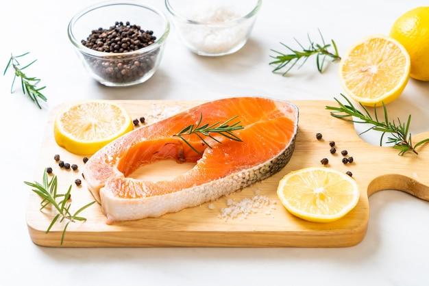 Filetto di salmone crudo fresco Foto Premium