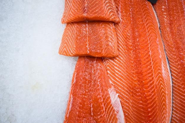 Filetto di salmone fresco su ghiaccio Foto Premium