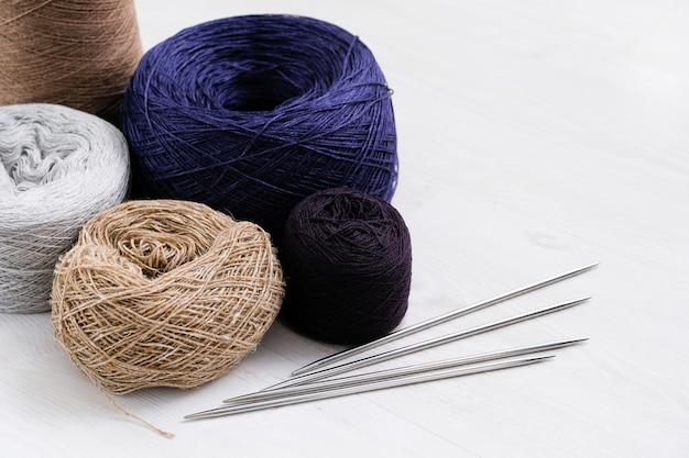 Fili multicolore di filati di lana italiani, raggi. Foto Premium