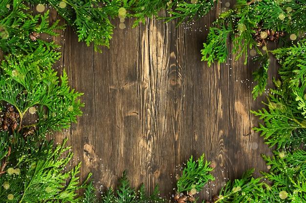 Filiali di cedro su sfondo in legno Foto Premium