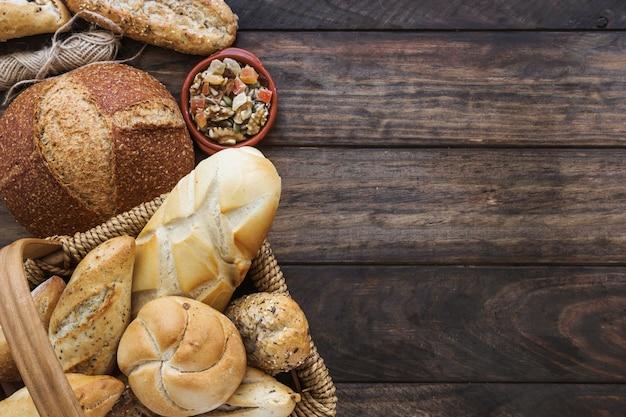 Filo e frutta candita vicino al cestino con pane Foto Gratuite