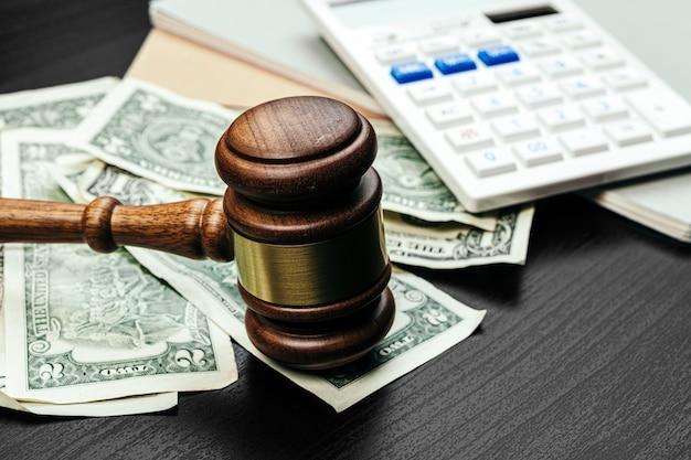 Finanza aziendale, concetto di corruzione. martelletto di legno con dollari americani Foto Premium