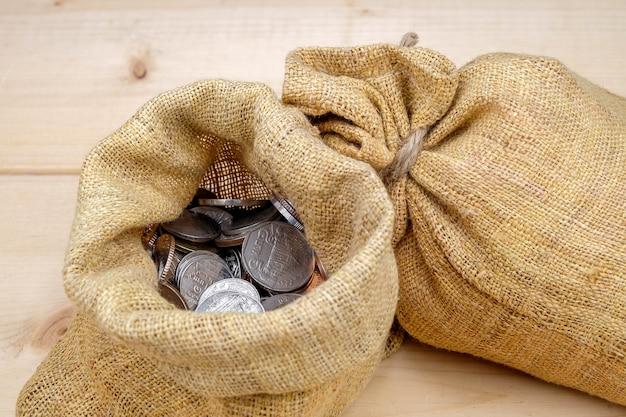 Finanza aziendale. risparmiare denaro per borsa di denaro concetto di investimento Foto Premium