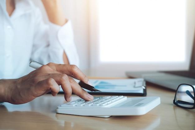 Finanza salva economia concetto. calcolatore o calcolatore femminile. Foto Gratuite
