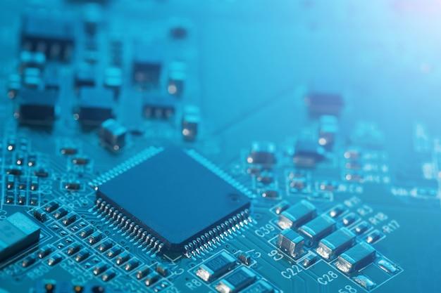 Fine del circuito elettronico. processore, chip e condensatori. Foto Premium