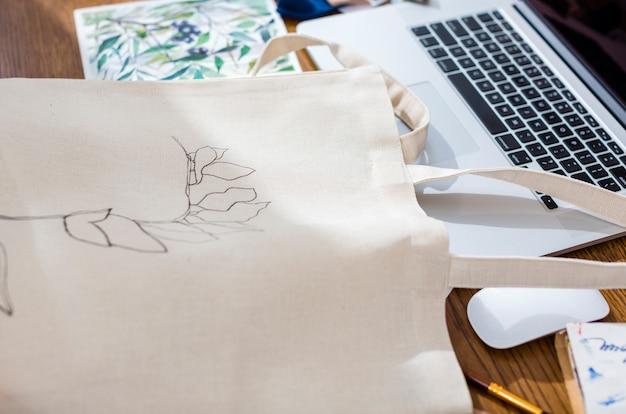 Fine dipinta a mano della borsa della tela su Foto Gratuite