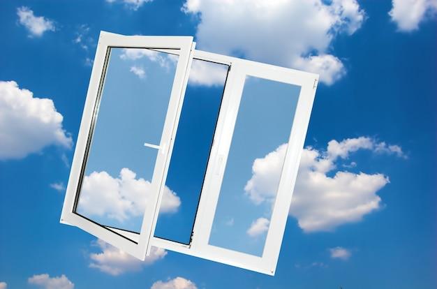Finestra con sfondo nuvole Foto Gratuite