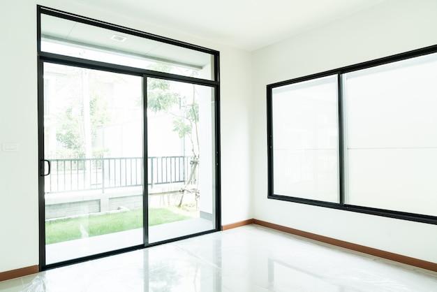 Finestra di vetro vuota e porta in casa Foto Premium