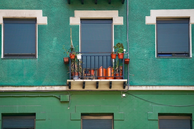 Finestra sulla facciata verde della casa in città Foto Premium