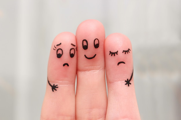 Finger art. l'uomo felice abbraccia due donne, a loro non piace. Foto Premium