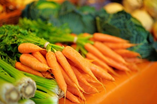 Finocchio e carote bio sani freschi sul mercato agricolo dell'agricoltore di parigi Foto Premium