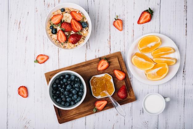 Fiocchi di mais in una ciotola con bacche e frutti diversi Foto Gratuite