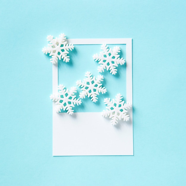 Fiocco di neve invernale su una cornice di carta Foto Gratuite