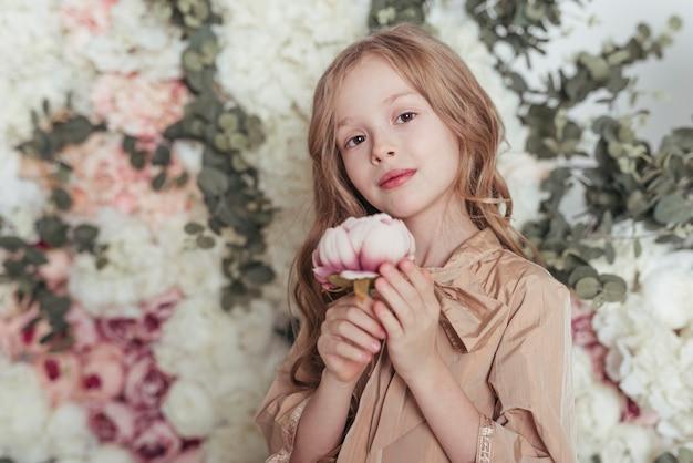 Fiore adorabile della tenuta della bambina Foto Gratuite