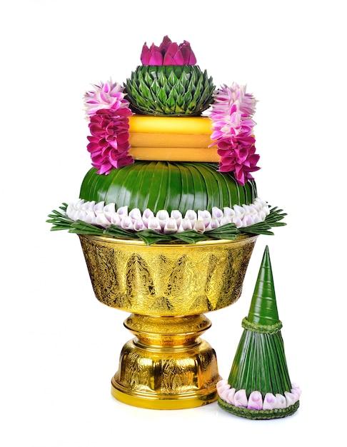 Fiore decorato sul vassoio con piedistallo isolato su bianco Foto Premium